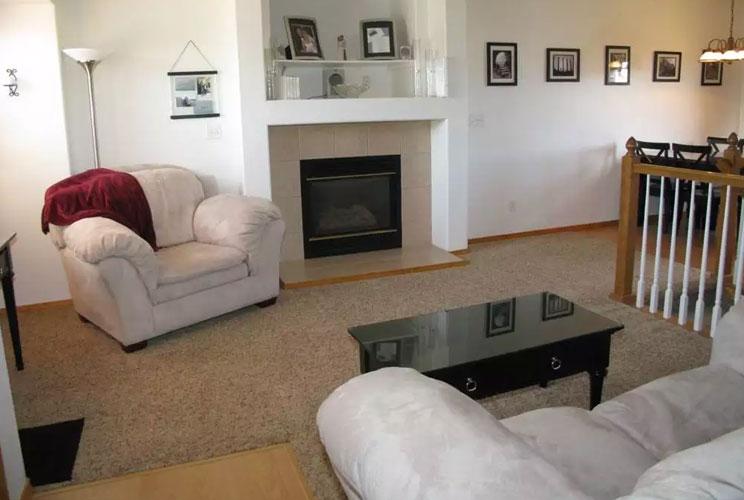 Дизайн зала с камином в квартире фото