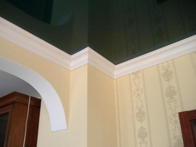 отделка потолочным плинтусом в стиле хай тек