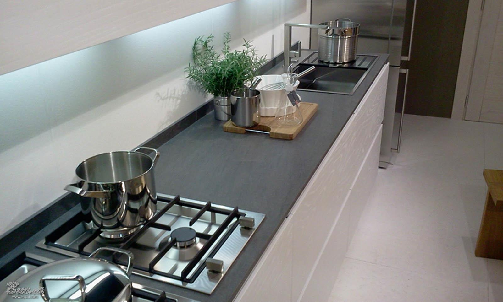 кухонная столешница темного цвета